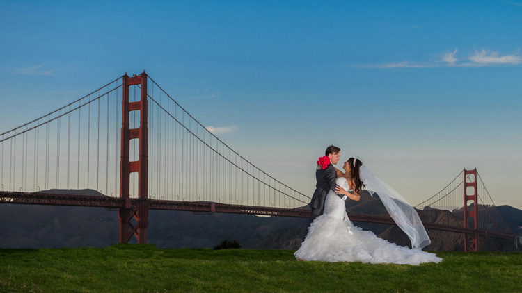 bride and groom at the Golden Gate Bridge in San Francisco